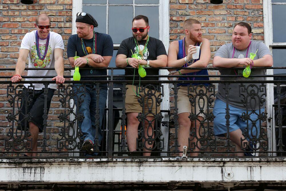 I turisti sul balcone a New Orleans, USA, il 15 marzo 2020