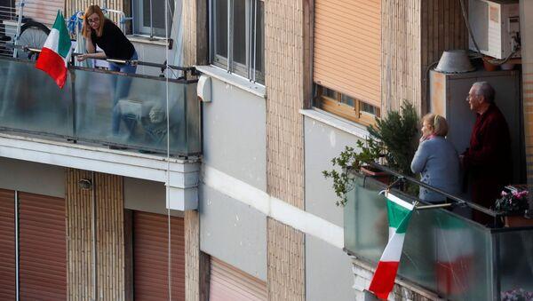 Persone sui balconi a Roma durante la quarantena - Sputnik Italia