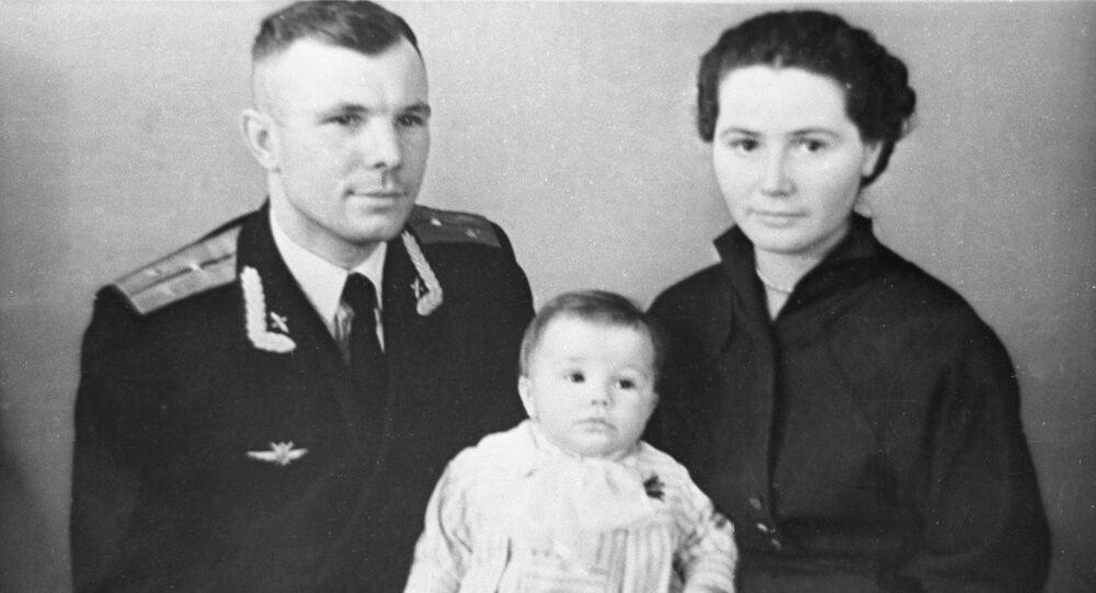 Il cosmonauta, aviatore e politico sovietico Yuri Gagarin con sua moglie Valentina Gagarina e sua figlia Elena
