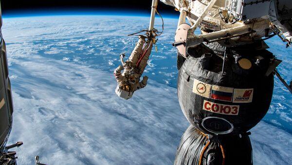 L'astronauta durante l'uscita nello spazio aperto - Sputnik Italia
