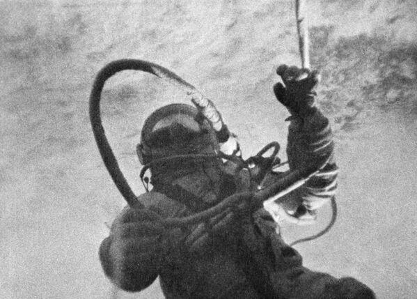 Il cosmonauta sovietico Aleksey Leonov durante la prima passeggiata nello spazio aperto della storia nel 1965 - Sputnik Italia