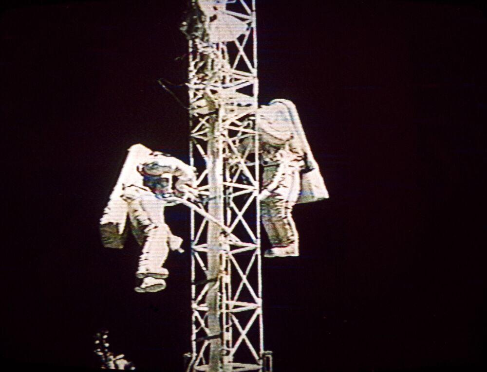 Una passeggiata spaziale dei cosmonauti sovietici Victor Afanasiev e Sergey Avdeev
