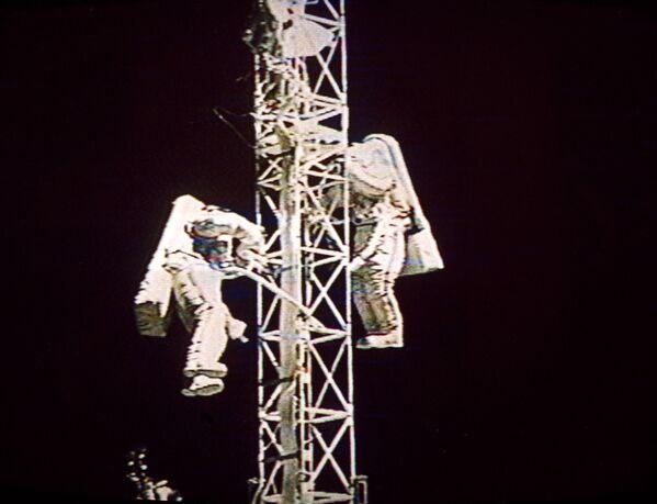 Una passeggiata spaziale dei cosmonauti sovietici Victor Afanasiev e Sergey Avdeev - Sputnik Italia