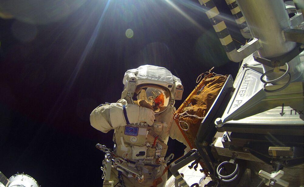I cosmonauti russi dell'agenzia spaziale di Roscosmos Sergey Volkov e Yury Malchenko durante l'uscita nello spazio aperto il 3 febbraio del 2016