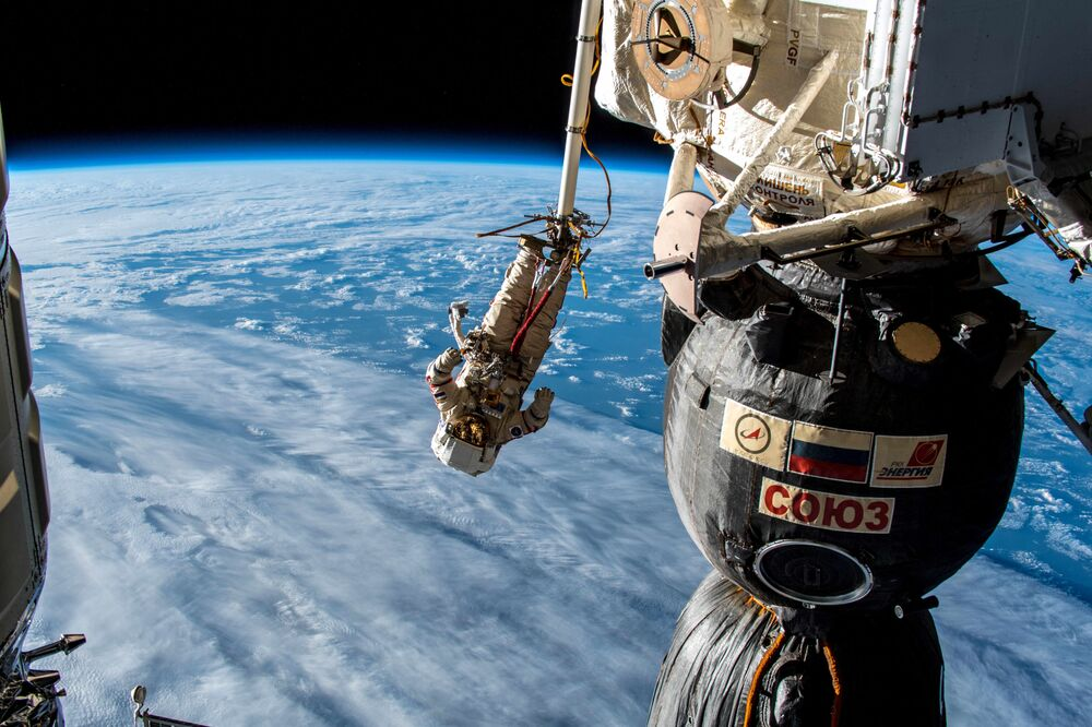 L'astronauta durante l'uscita nello spazio aperto
