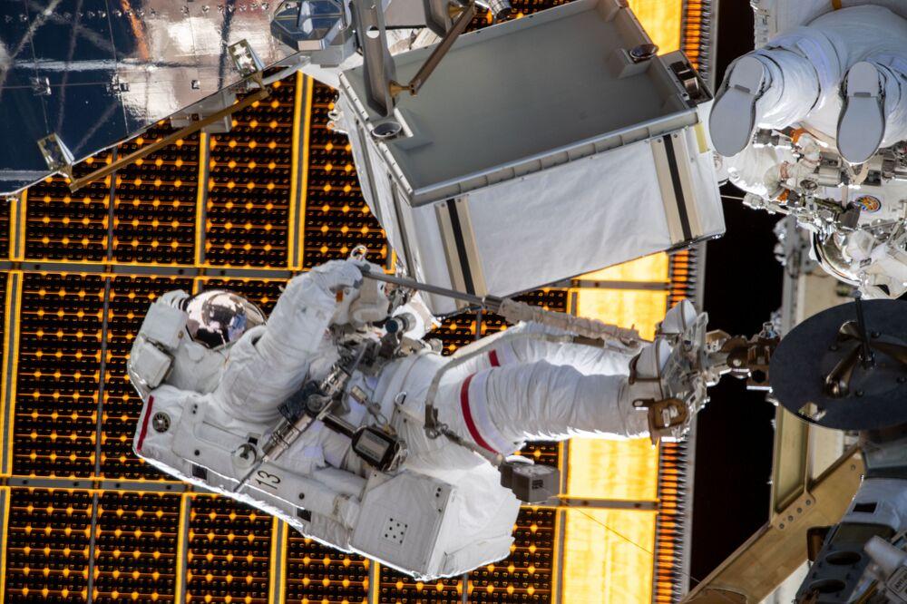 L'astronauta statunitense di NASA Jessica Meir durante una passeggiata spaziale