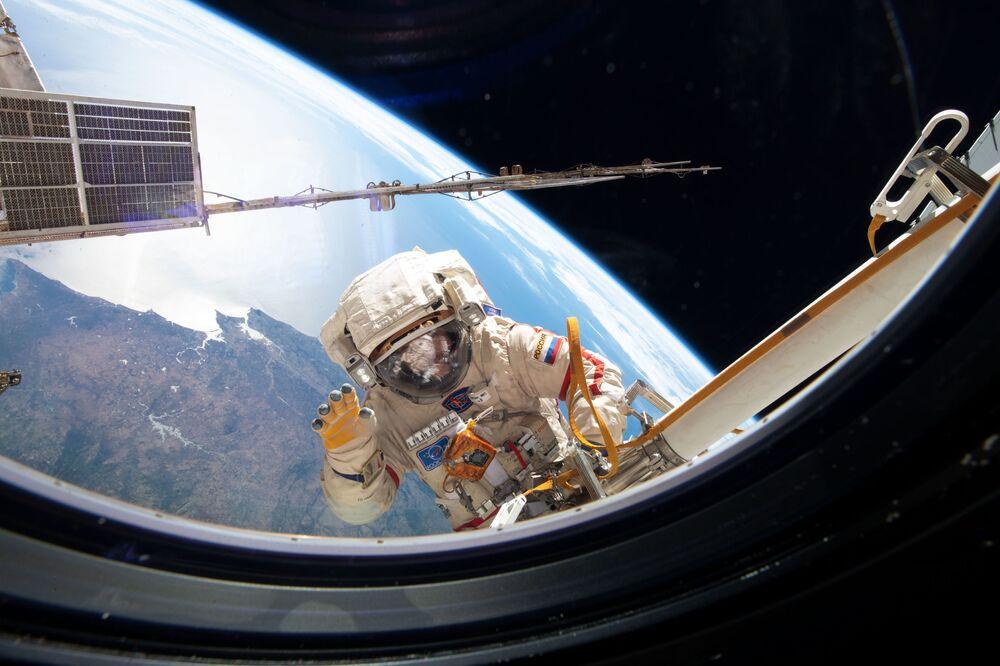 Un cosmonauta russo durante una uscita nello spazio aperto