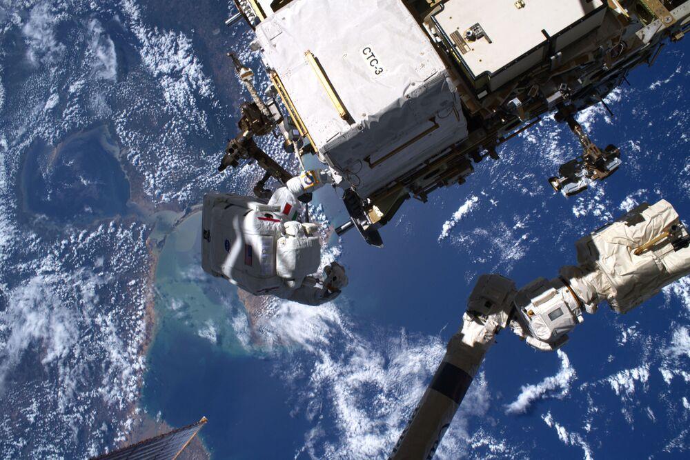L'astronauta italiano Luca Parmitano durante una passeggiata spaziale
