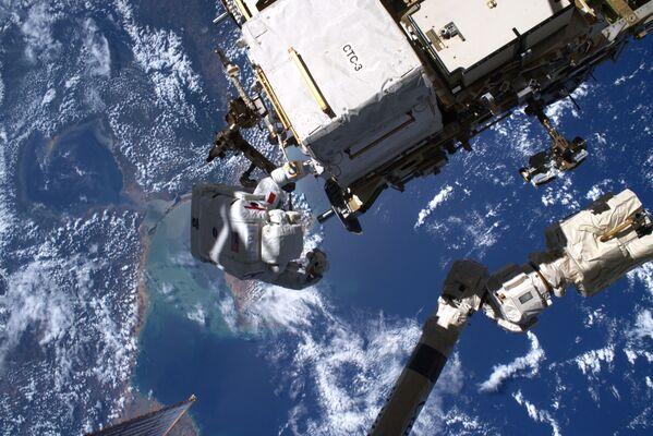 L'astronauta italiano Luca Parmitano durante una passeggiata spaziale - Sputnik Italia