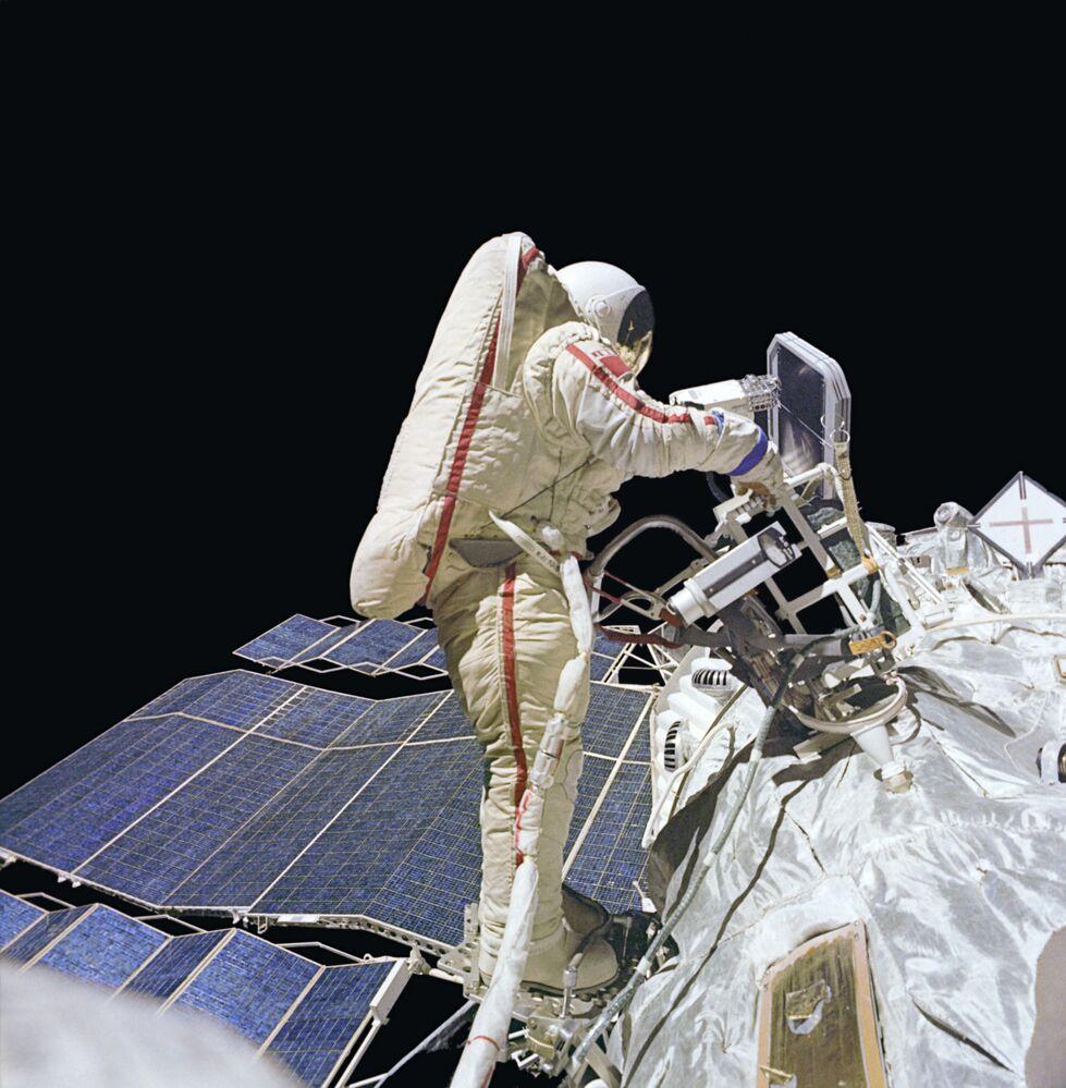 Vladimir Dzhanibekov, cosmonauta sovietico, partecipò a cinque missioni: Soyuz 27, Soyuz 39, Soyuz T-6, Soyuz T-12 e Soyuz T-13. Complessivamente tra tutte e cinque le missioni trascorse 145 giorni, 15 ore e 56 minuti nello spazio.