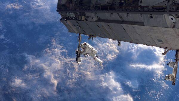 L'astronauta Robert Curbeam al lavoro fuori dalla Stazione Spaziale Internazionale - Sputnik Italia