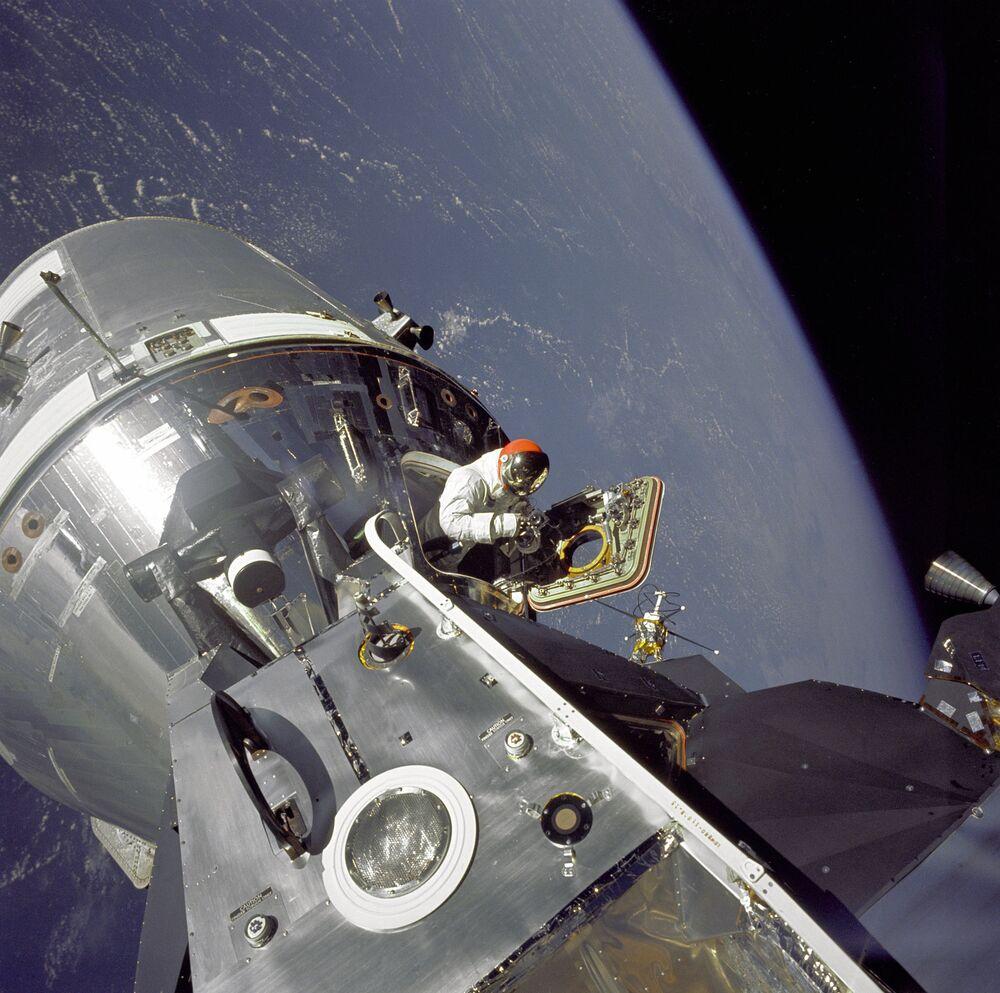 L'astronauta americano David R. Scott durante una passeggiata spaziale il 6 marzo del 1969