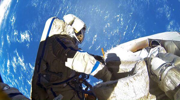 I cosmonauti russi Anton Shkaperov e Aleksandr Misurkin durante l'uscita nello spazio aperto, 2013  - Sputnik Italia