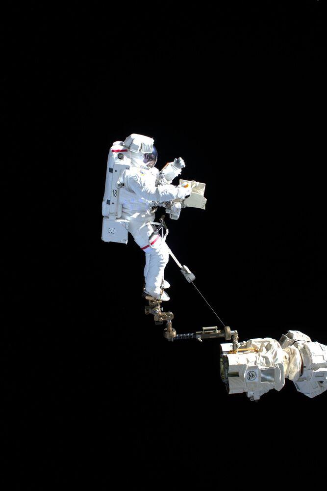 L'astronauta italiano Luca Parmitano durante una passeggiata spaziale, il 15 novembre 2019