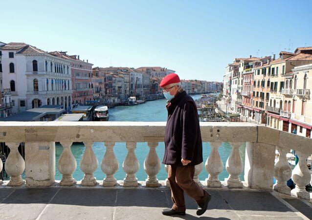 Un uomo in mascherina a Venezia