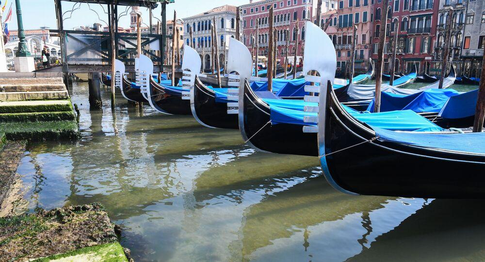 Una gondola vista sull'acqua trasparente di Venezia