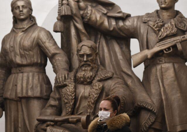 Una ragazza in mascherina nella metro di Mosca