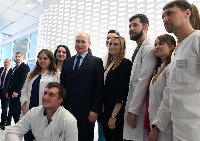 Il presidente russo Vladimir Putin ha visitato il centro d'informazione di monitoraggio della situazione con il coronavirus a Mosca