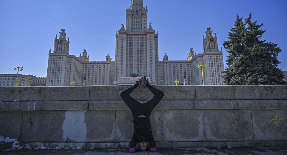 Una ragazza fa sport vicino all'Università statale di Mosca mentre le università russe sono chiuse per il coronavirus