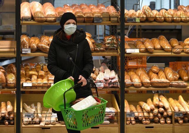 Una donna fa la spesa a Mosca