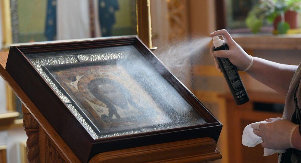 Un'icona viene disinfettata in Russia