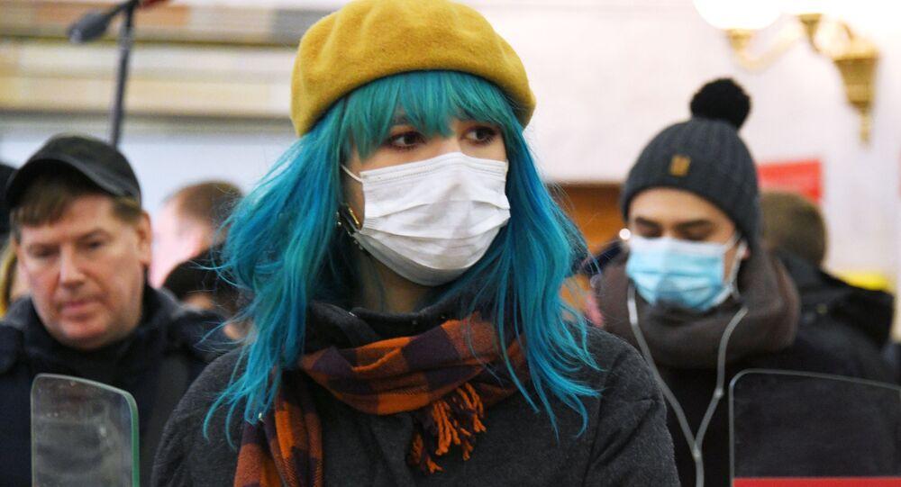 Passeggeri in mascherine nella metropolitana di Mosca