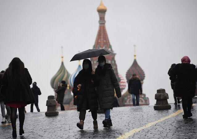 Turisti in mascherine sulla Piazza Rossa a Mosca