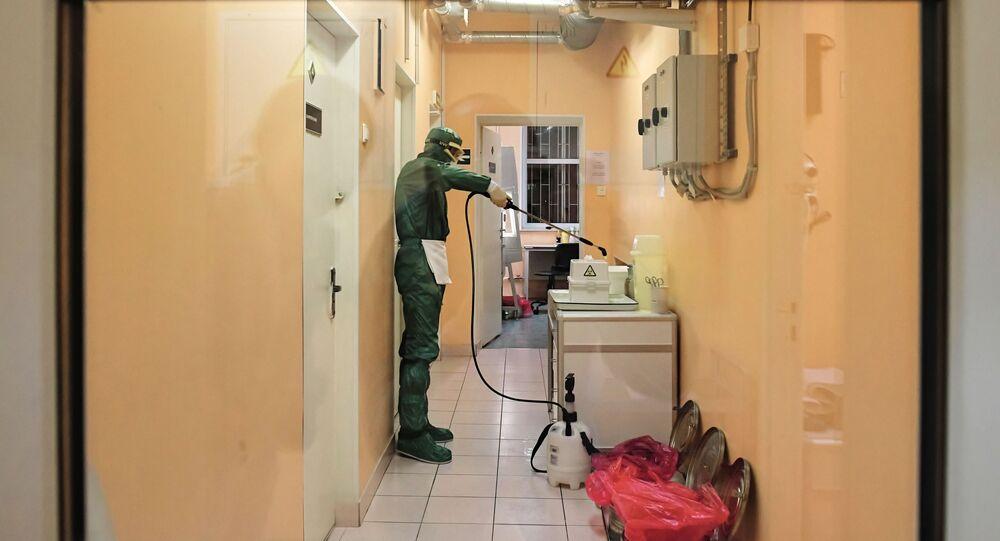 Un dipendente di un laboratorio a San Pietroburgo testa i tamponi per il coronavirus