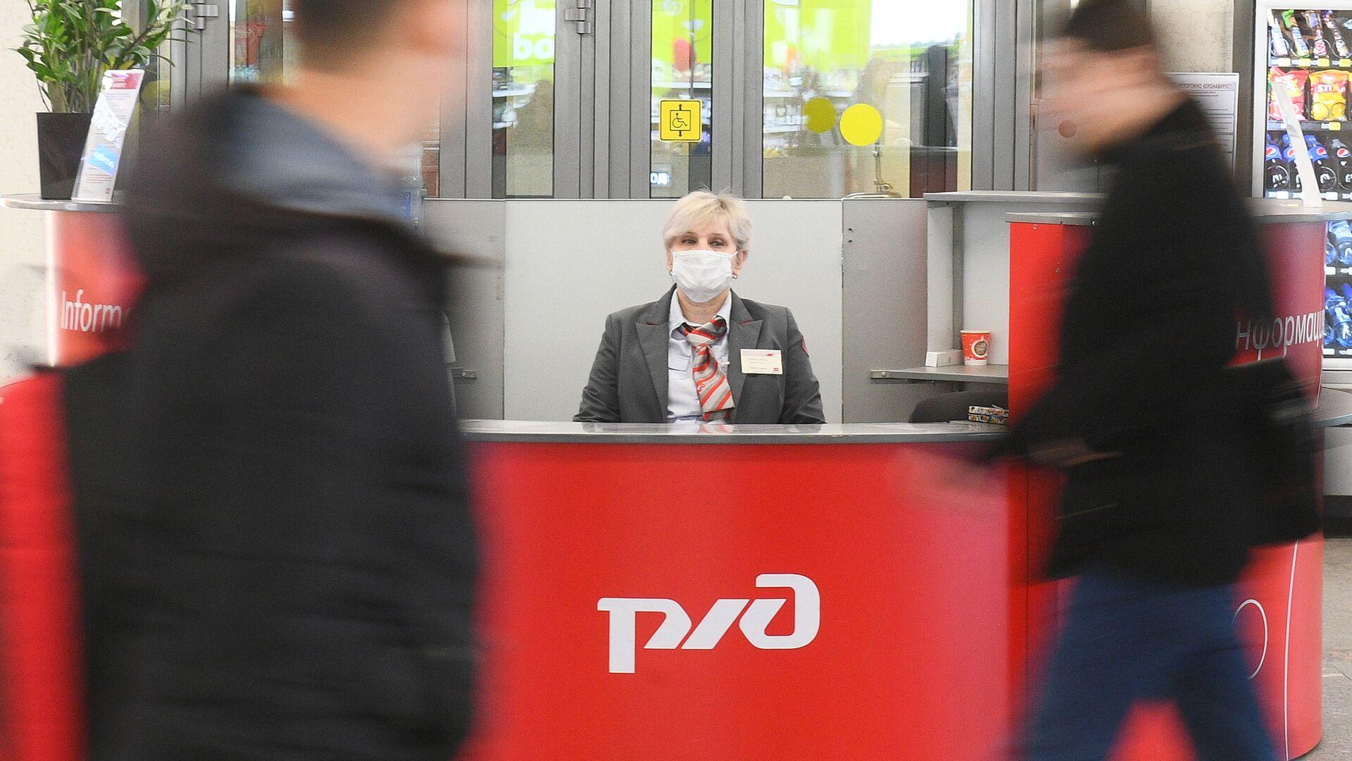 Una donna in mascherina alla Stazione Kazansky a Mosca - Sputnik Italia, 1920, 31.05.2021