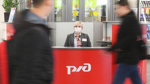 Una donna in mascherina alla Stazione Kazansky a Mosca - Sputnik Italia