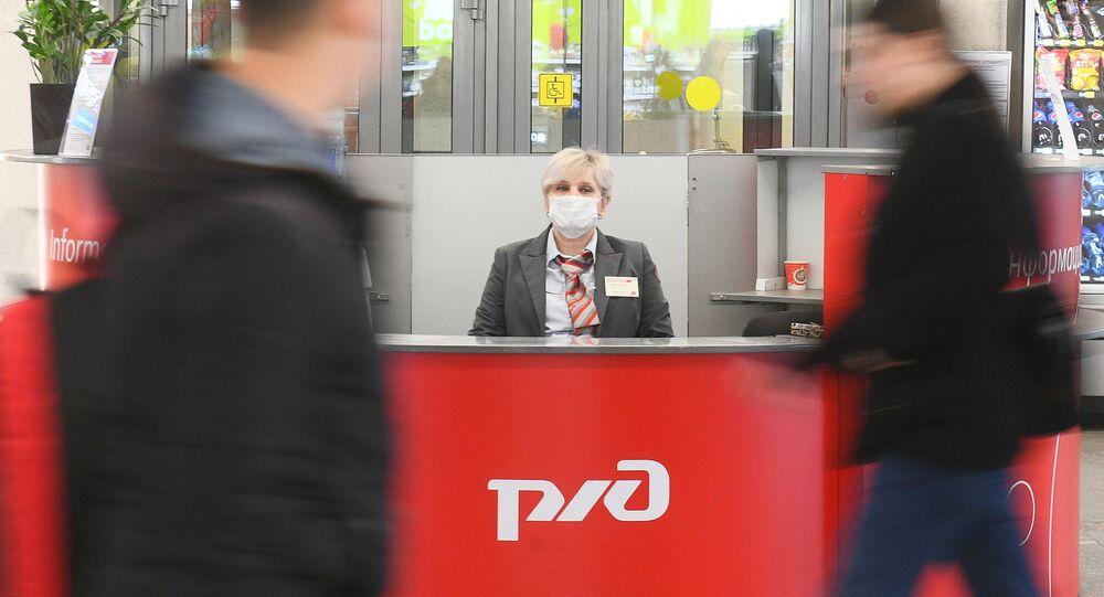 Una donna in mascherina alla Stazione Kazansky a Mosca