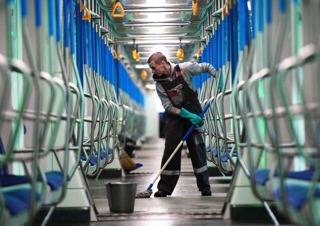 La disinfezione dei vagoni della metropolitana di Mosca