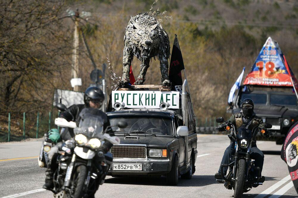 I partecipanti alla corsa in moto durante le celebrazioni del sesto anniversario della reintegrazione della Crimea con la Russia a Sinferopoli.