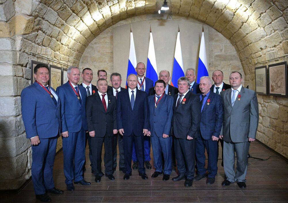 Il presidente russo Vladimir Putin in un museo a Sebastopoli.
