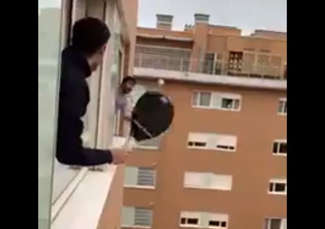 Spagnoli giocano a tennis da finestra a finestra