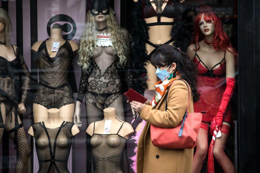 Una donna in mascherina a Parigi.