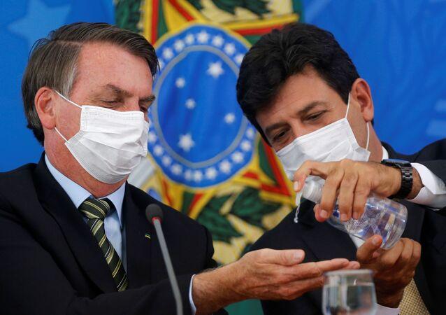Presidente Bolsonaro (a sinistra) con ministro della Salute Luiz Henrique Mandettas durante conferenza stampa