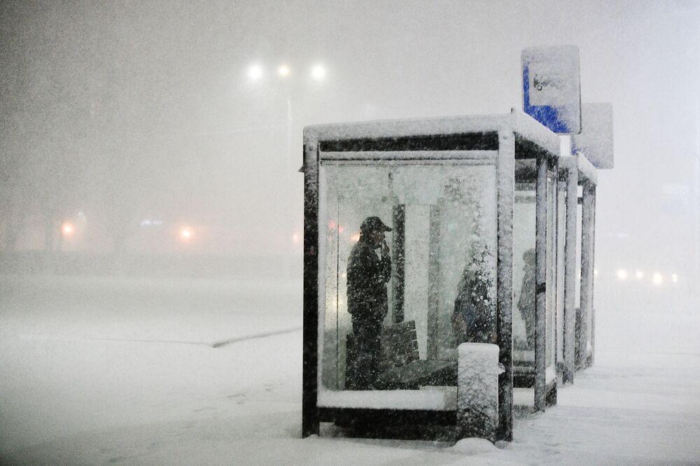 La gente sta aspettando un autobus a una fermata a Podolsk, nella regione di Mosca.
