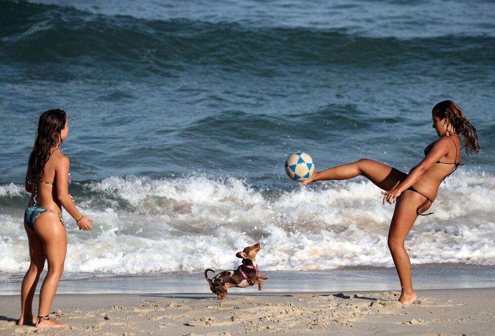 Ragazze giocano a calcio sulla spiaggia Diabo a Rio de Janeiro, Brasile.