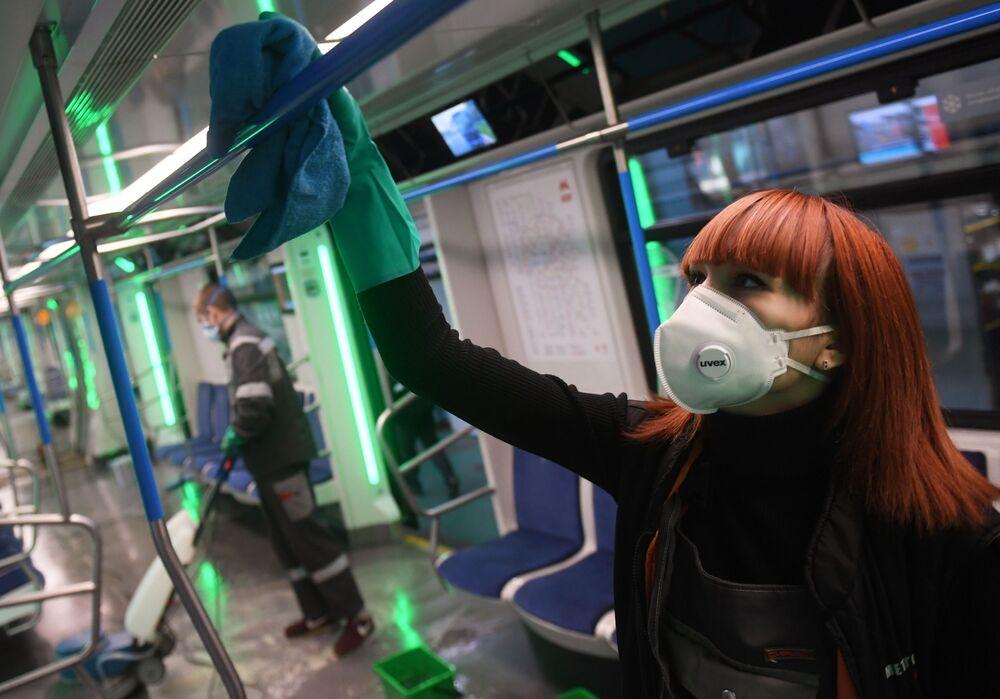 I vagoni della metropolitana di Mosca vengono disinfettati per l'emergenza coronavirus.