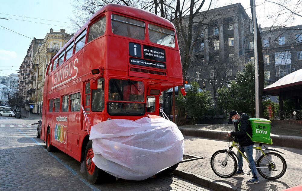 Un autobus in mascherina nel centro di Kiev, in Ucraina.