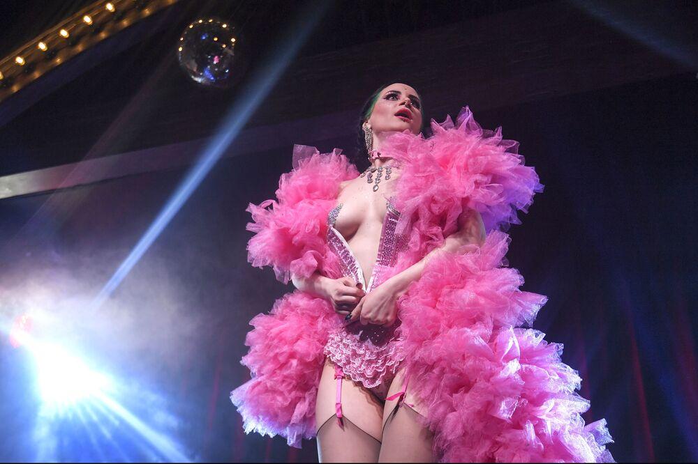 L'attrice di burlesque Vutrica si esibisce nel suo numero La bandita nello show di cabaret Ladies of Burlesque.