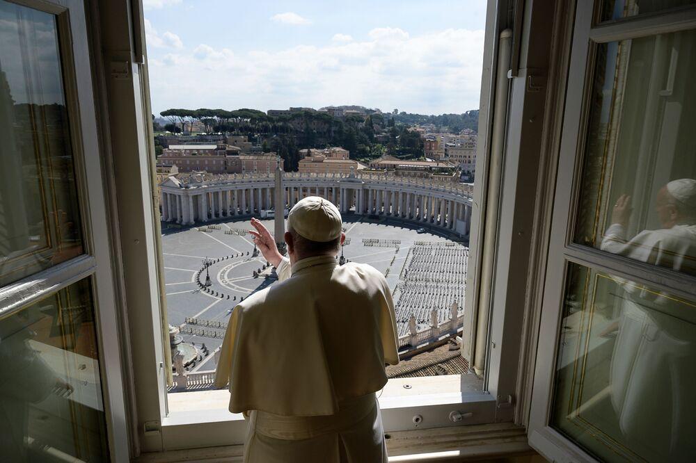 Papa Francesco durante la benedizione con una piazza San Pietro vuota in Vaticano.