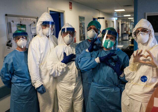 Un gruppo di infermiere prima del loro turno di notte il 13 marzo 2020 all'ospedale di Cremona, Italia