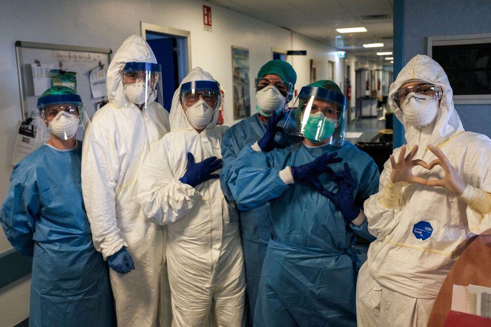 Un gruppo d'infermieri prima del loro turno di notte il 13 marzo 2020 all'ospedale di Cremona, Italia
