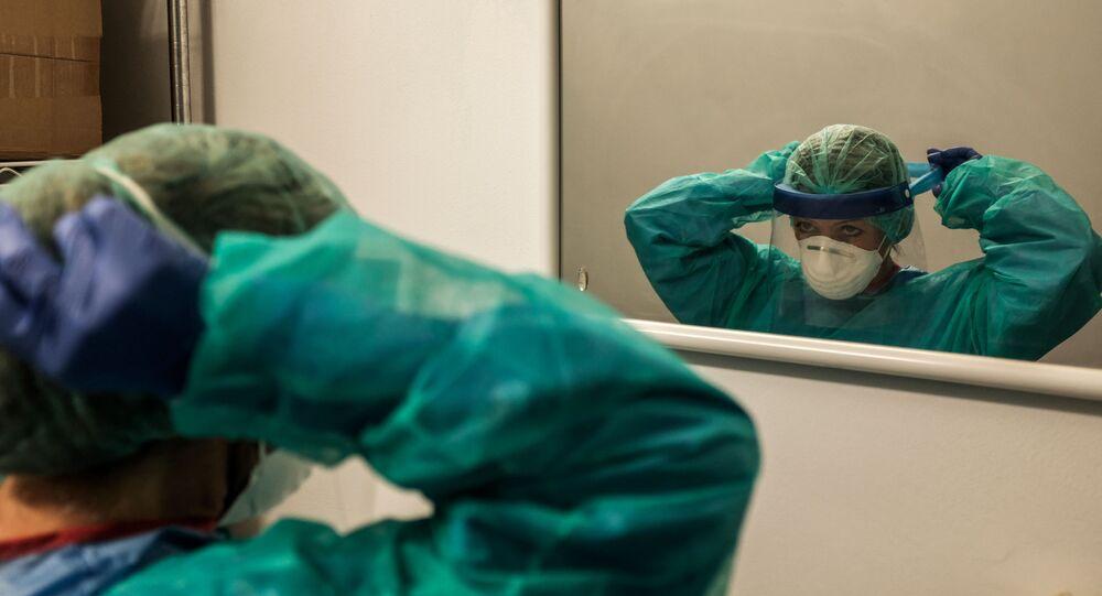 Un'infermiera all'inizio di un turno il 12 marzo 2020 all'ospedale di Cremona, Italia