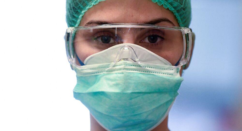 Un medico in una mascherina protettiva all'ospedale di Cremona, Italia, il 19 marzo 2020