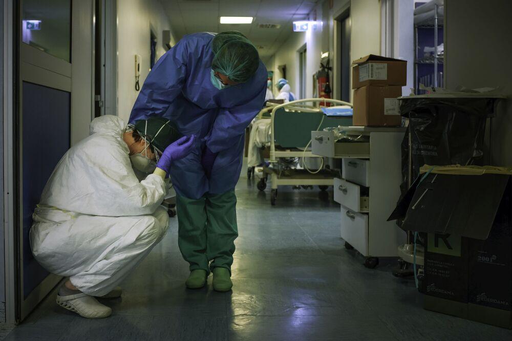 Degli infermieri all'ospedale di Cremona, Italia, il 13 marzo 2020