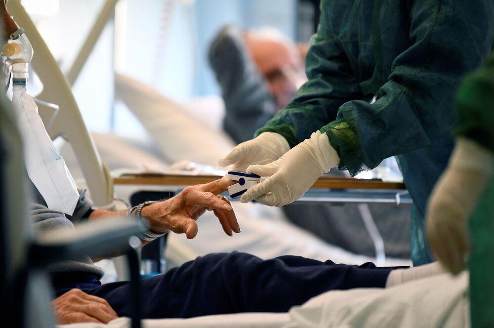 Un medico con un paziente contagiato dal coronavirus in un'unità di terapia intensiva presso l'ospedale Oglio Po di Cremona, Italia, il 19 marzo 2020