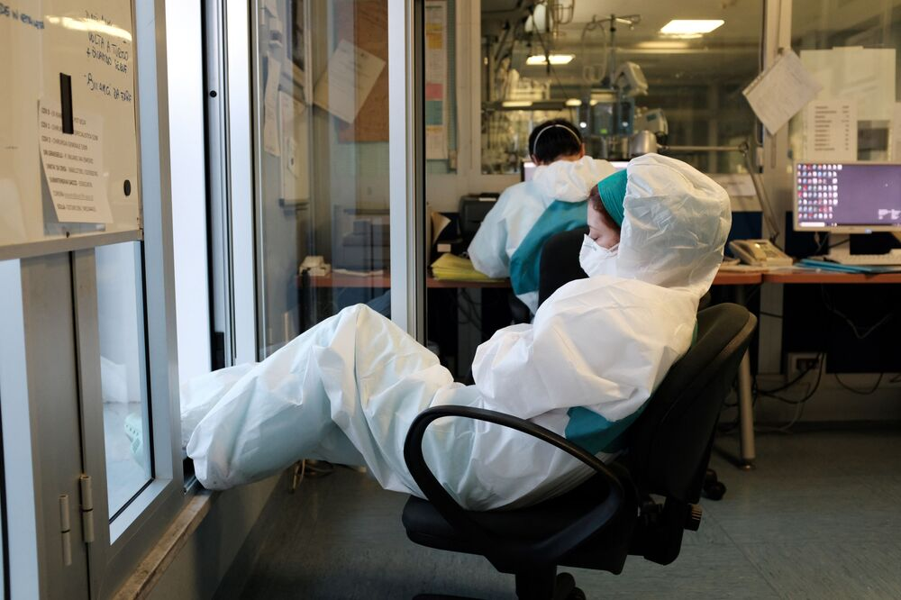Un'infermiera riposa dopo un turno notturno di 12 ore il 12 marzo 2020 presso l'ospedale di Cremona, Italia
